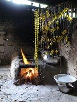 colares_de_semente_secando_no_fogao_a_lenha.jpg